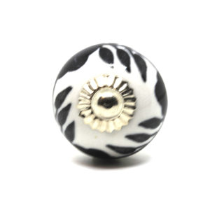 Petit bouton de meuble noir et blanc fleuri